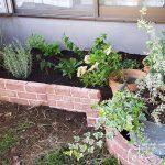並べるだけでおしゃれに!レンガ調ブロックを使って花壇をDIY