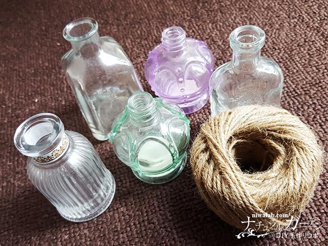 ガラスの小瓶と麻紐