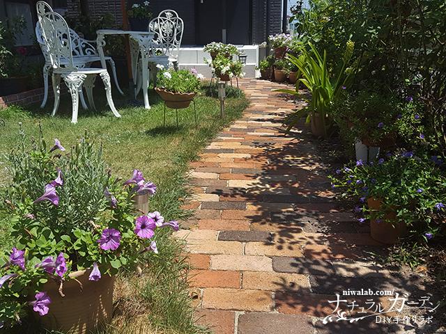 庭のレンガ道