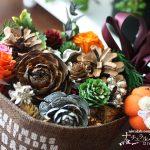 シダーローズなどのまつぼっくりを使って、秋の飾りを作りました
