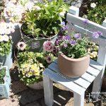 花より目立つ花台!?ウッドデッキパネルを使った椅子型花台をDIY