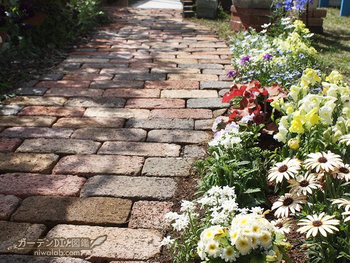 小道に沿った花壇