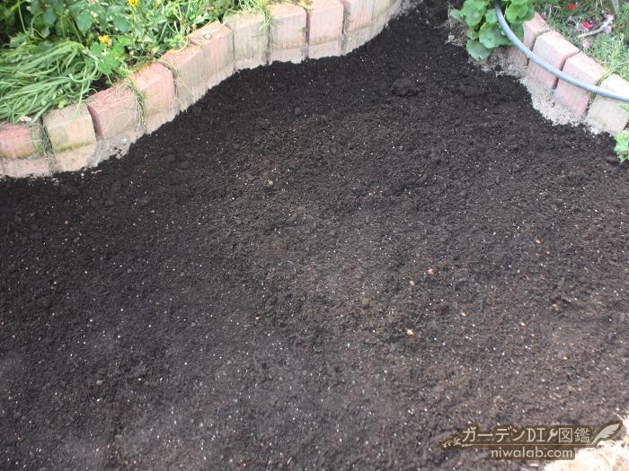 培養土を敷く